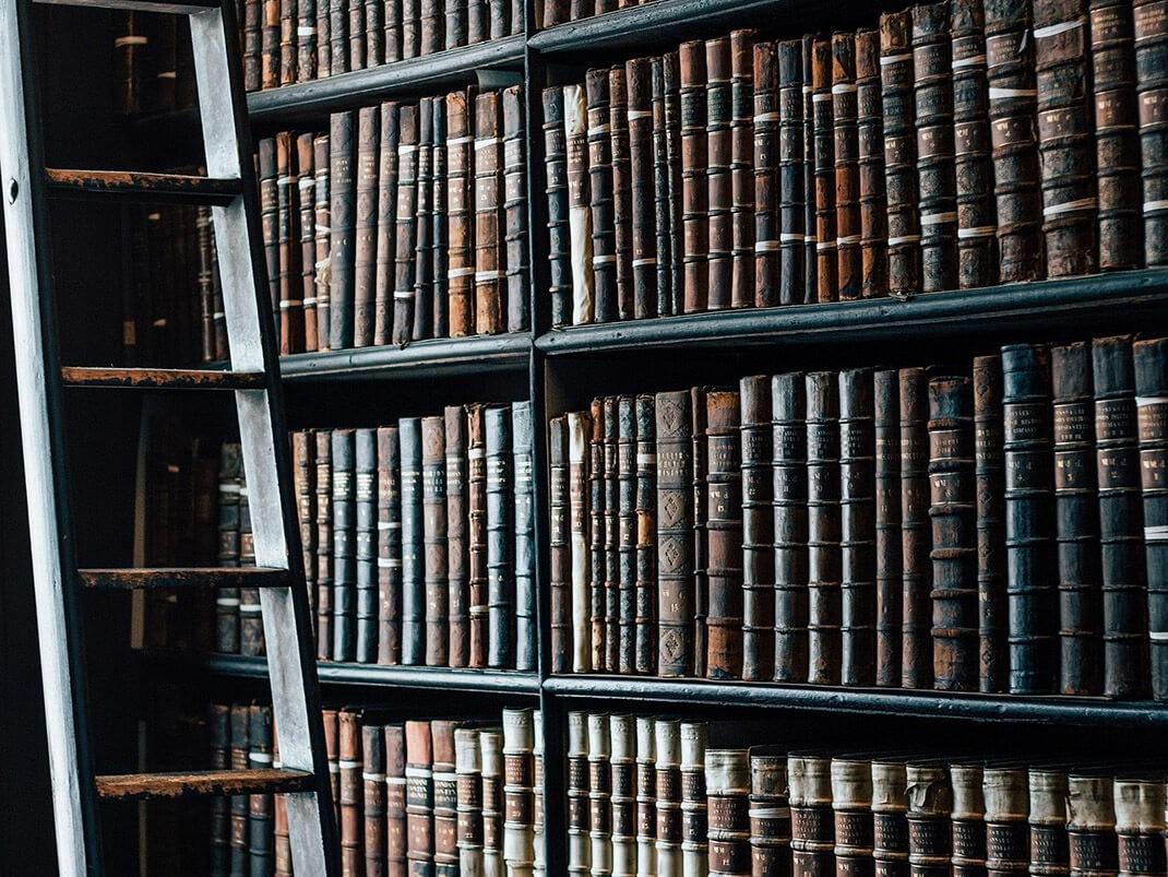 biblioteka, książki i regały
